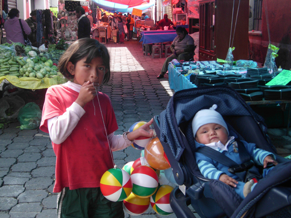 der kleine Chucho auf dem Markt von Metepec