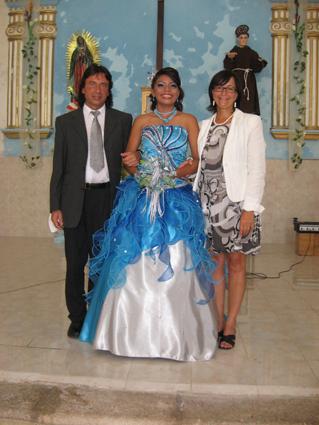 die Quinceañera und ihre Pateneltern