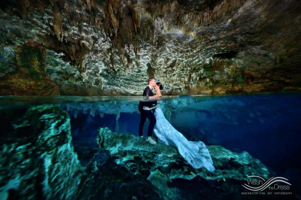 Trash the dress in einer Cenote